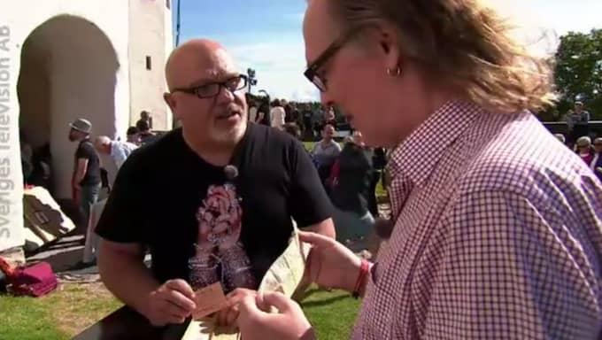 Antikexperten Joakim Bengtsson häpnar över föremålet han får i sina händer. Foto: SVT