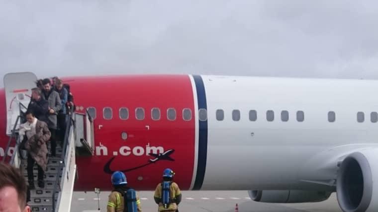 Här evakueras flygplanet efter nödlandningen. Foto: Läsarbild