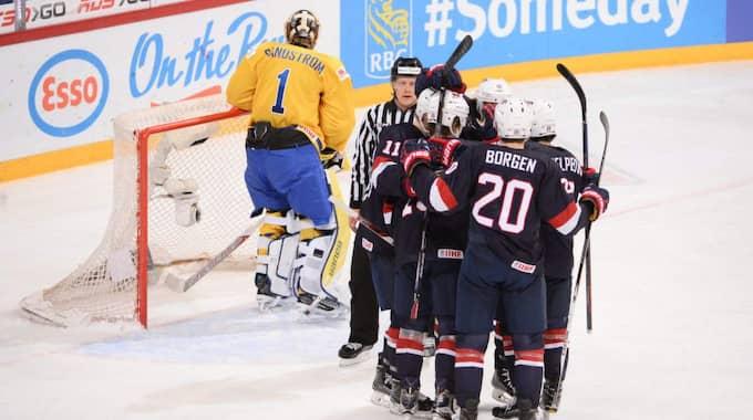 Mardrömsstart för Sverige som snabbt hamnade i 0-2-underläge i första perioden. Foto: Olle Wande