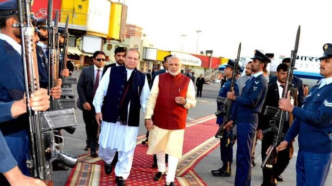 Narendra Modi överraskade då sin pakistanske kollega, Nawaz Sharif, på dennes födelsedag.