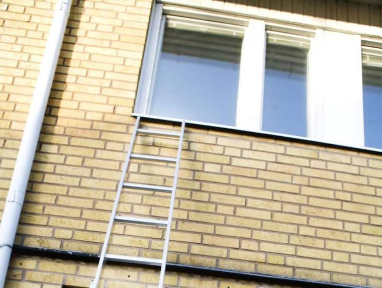 Med hjälp av en stege tar sig inbrottstjuvarna in i din bostad. Foto: Guge Zelander