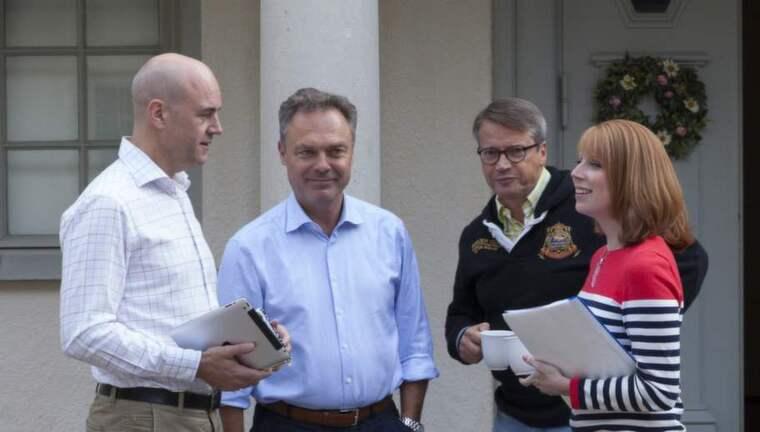 Knappar in. Fredrik Reinfeldt och Moderaterna ökar kraftigt i Expressen/Demoskops väljarbarometer för augusti - partiet lyfter hela fyra procentenheter jämfört med mätningen i juli. Alliansen tar nu in på de rödgröna - trots att det går tyngre för de övriga allianspartierna..