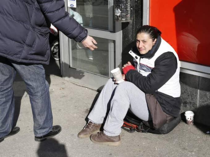 28-åriga Vanessa från Bulgarien satt utanför butiken när butikschefen ska ha kommit ut och hällt vatten över henne.s Foto: Lennart Rehnman