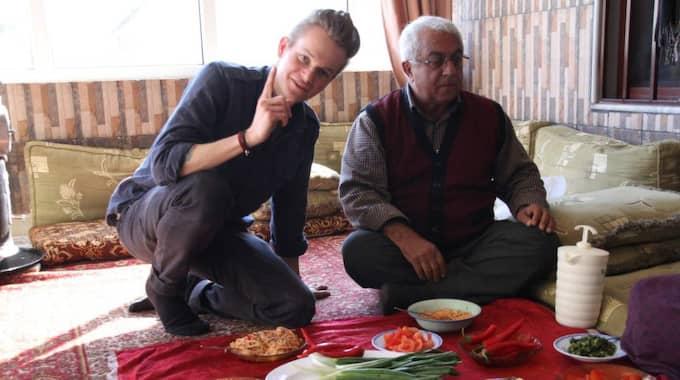 Ute i friheten. Efter flera dagar i fångenskap har Joakim Medin kunnat koppla av bland vänner.