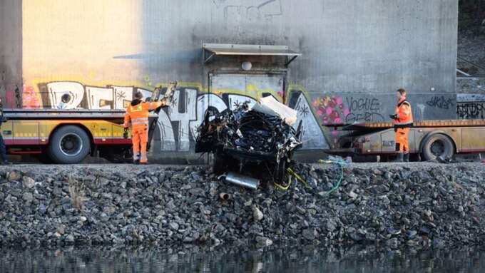 Fem personer fanns i bilen som störtade ner i kanalen. Fyra av dem har hittats döda. Foto: Pontus Stenberg