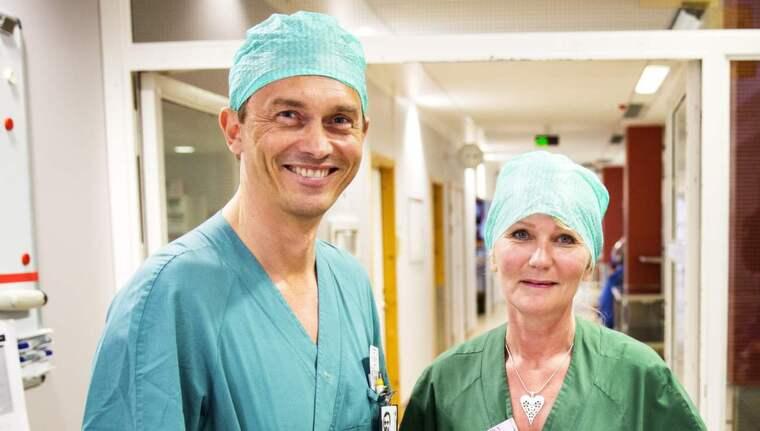 Verksamhetschef Peter Dahm och vårdenhetschef Marina Henriksson har ökat antalet operationer i Mölndal med 18 procent sedan sextimmarsdag med full lön infördes i februari. Men den siffran tänker de pressa uppåt en bit till. Foto: Anders Ylander