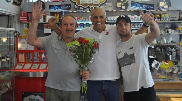 Svenska Spels Pierre Jonsson tillsammans med ägarna till Hökarängens Spel & Tobak Amer, Hanna Bety och Senan Awni Hanna, som tog emot Lottoraderna som gav en vinst på 187 miljoner kronor till en man i Farsta i augusti 2014.