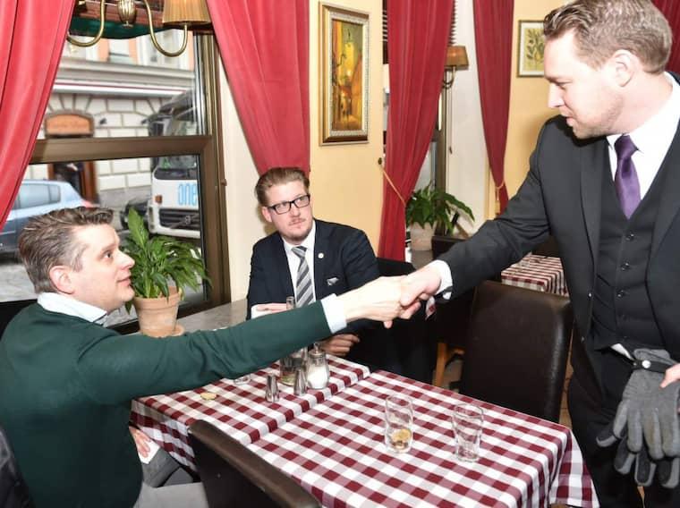 Marcus Birro tillsammans med Sverigdemokraternas riksdagsledamot Linus Bylund och vikarierande partiledaren Mattias Karlsson. Foto: Mikael Sjöberg