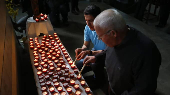 150 ljus tändes på lördagen i Dignes-les-bains till minnet av passagerarna som aldrig kom fram. Foto: Guillaume Horcajuelo / Epa / Tt
