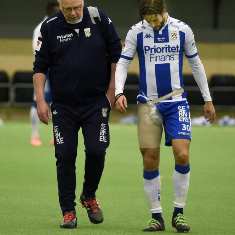 IFK Göteborgs lagkapten Mattias Bjärsmyr gjorde comeback mot Jönköping Södra i fredags, men redan i första halvlek drog det till i ljumskregionen. Foto: Tommy Holl