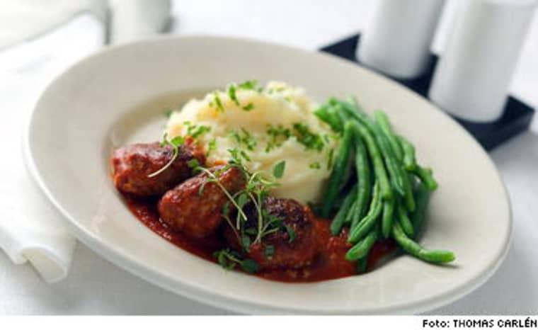 Kryddig tomatsås med minibiffar. Det är enklare att göra minibiffar än att rulla köttbullar.