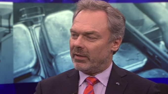 """""""Det är bättre att de nyanlända lågutbildade personer får ett jobb, även om jobbet är enkelt och lönen är låg. Fastnar man i bidragsberoende kan det dröja väldigt många år innan man får ett jobb"""" sa Jan Björklund. Foto: Skärmdump SVT"""