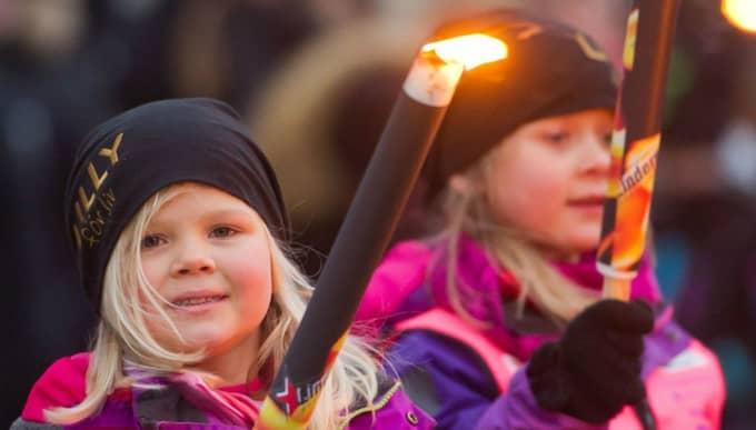 Många samlades under både förra och årets fackeltåg. Foto: Eva-Lena Johnsson