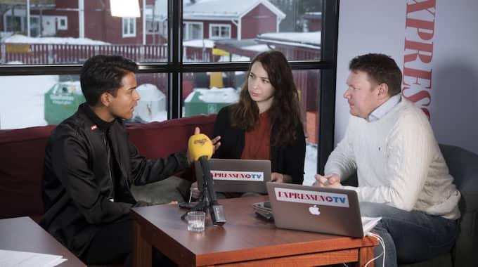 Här intervjuas han av Expressens Hanna Jakobson och Niklas Svensson Foto: Sven Lindwall