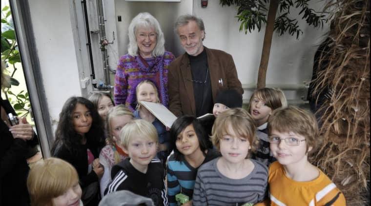 """Här ska pressas. Maj Fagerberg och Stefan Casta med barn från klass 2A i Vårfruskolan i Lund - klassen som blir testpiloter för """"Humlans herbarium"""". Foto: Lasse Svensson"""