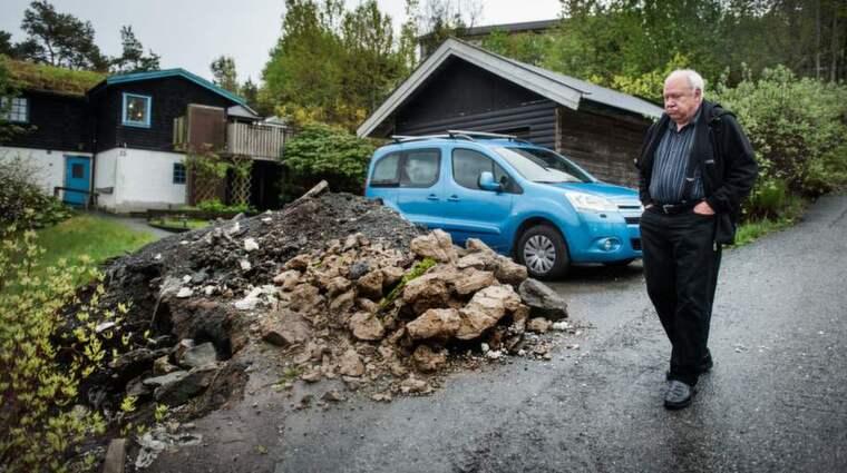 """Per-Eric Sellman i Lilleby blev utsatt för """"Asfaltsläggarna"""". De grävde upp hela uppfarten och rev en mur. Foto: Robin Aron"""