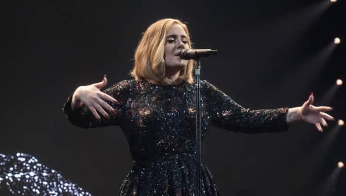 Adele under premiären i Belfast. Foto: Wenn / IBL