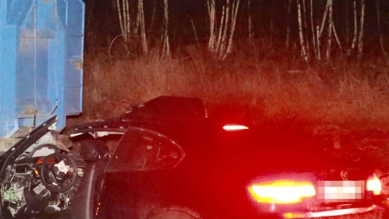 Det var tidgare under kvällen en bil körde in i ett stillastående släp. En man dog i olyckan. Foto: Swepix/ Janne Åkesson