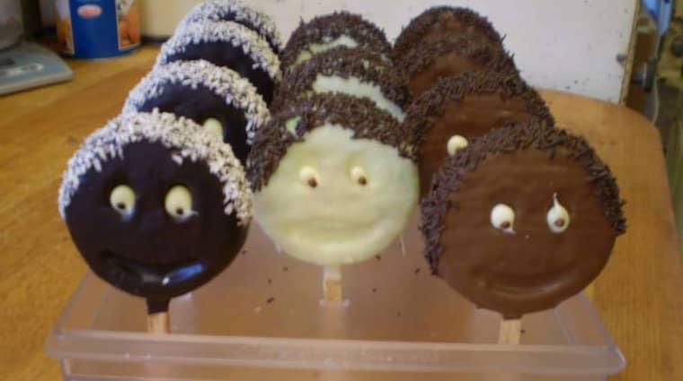 Butiken säljer kakor i flera olika färger.