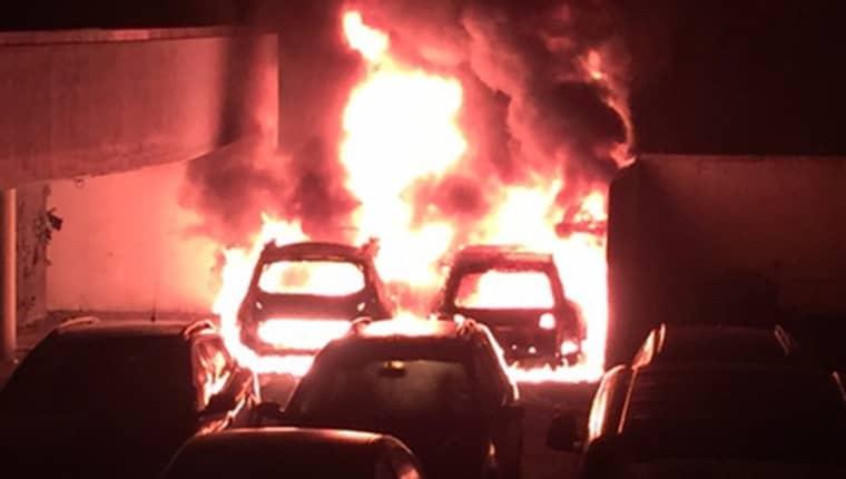 Minst nio bilar brann i natt, bland annat i Hjällbo i Göteborg. Foto: Läsarbild