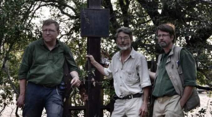 HITTADE GRAVEN. Karl Grandin, Christer Blomstrand och Peter Johansson vid Charles John Anderssons grav.