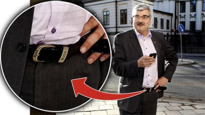 Mona Sahlin väckte debatt när hon syntes med en Louis Vuitton-väska för 6 000 kronor. Hennes efterträdare Håkan Juholt väljer en annan väg - han bär piratkopior. OBS! Bilden är ett montage. Foto: Robban Andersson