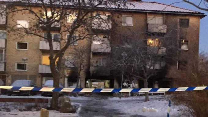 Explosionen i Grimsta i västra Stockholm följdes av en brand som fick de boende att fly ut från sina bostäder. Foto: Mimmi Nilsson