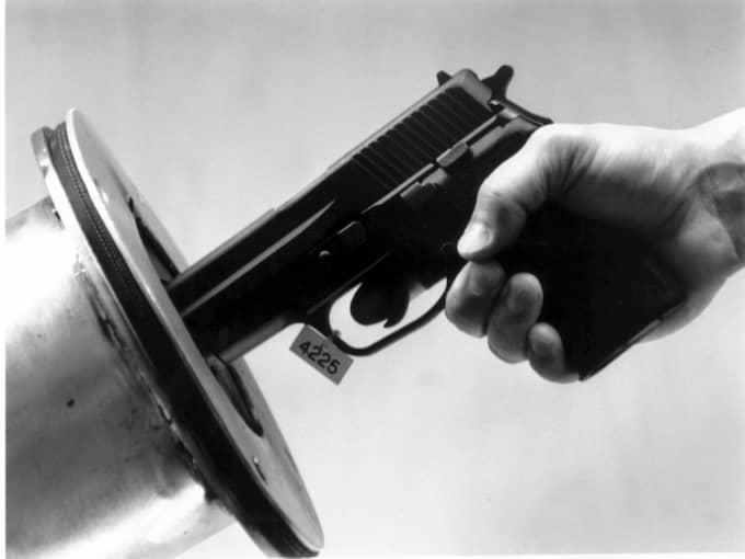 SKL provskjuter misstänkt Palme-vapen. Det är okänt vilket år bilden togs. Foto: Pressens Bild