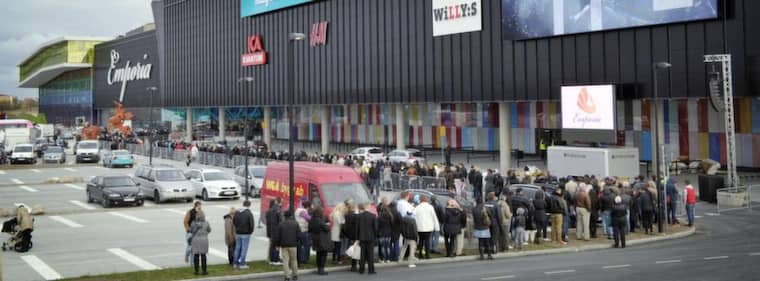 Veckans Malmöhändelse. Kön ringlade lång när nya jättegallerian Emporia öppnade. Nya större shoppingpalats med ännu fler p-platser förändrar nu våra städer i snabbare takt, och nästan utan debatt. Foto: Lasse Svensson