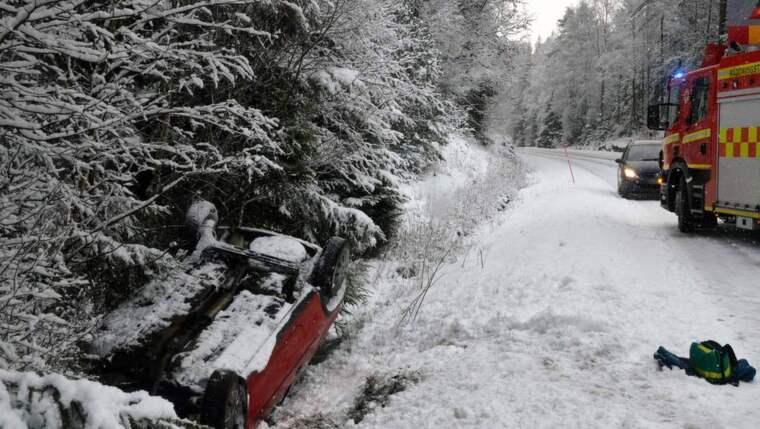 Vid lunchtid på fredagen voltade en bil ner i diket i snömodden. Föraren och passageraren klarade sig undan skador. Foto: Mikael Berglund