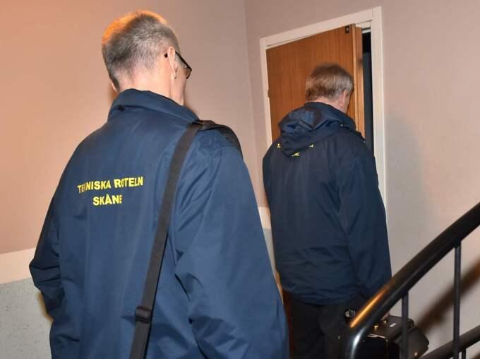 Här anländer polisens tekniker till kvinnans lägenhet. Foto: Christian Örnberg