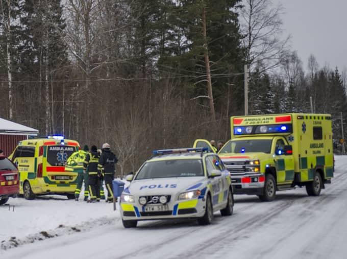 Under kvällen stod det klart att personen som körde skotern in i huset omkom av sina skador. Foto: Niklas Hagman
