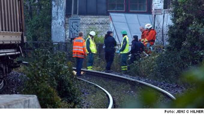 En man avled när han blev påkörd av tåget vid sextiden i Lund vid Svanegatan-Trollebergvägen. Mannen försökte hindra sin flickvän från att kasta sig framför tåget, bråk uppstod och mannen blev påkörd.