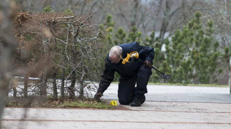 Tekniker jobbar på platsen där pojken hittades. Foto: Jan Wiriden