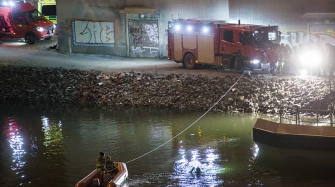 Tidslinjen har varit svår att utreda, men nu klarnar bilden. De fem avlidna hann ligga i vattnet en timme innan räddningstjänst var på plats. Foto: Johan Nilsson / TT