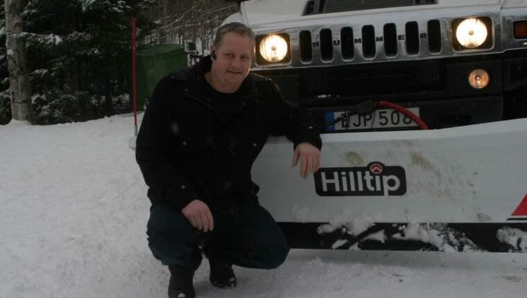 Varför inte en snöskovel på limousinen tänkte Håkan Andersson och vips så hade han fixat dit en och nu tänker han slå världsrekord. Foto: Privat