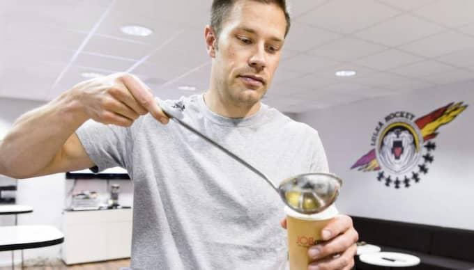 """Näringsbomb. Luleås fystränare och kostrådgivare Petter Pettersson beskriver köttbuljongen som """"en fantastisk näringsbomb"""". Foto: Olle Wande"""