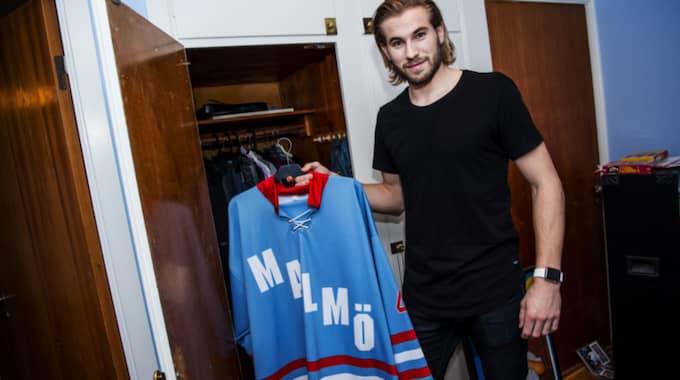Roger Ohlsson har kvar en av tröjorna från tiden i Malmö Redhawks Foto: Christian Örnberg