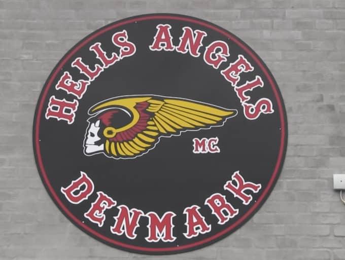 Bakgrunden är ett bråk som blossat upp kring ett av HA:s klubbhus i den danska staden Nyborg.