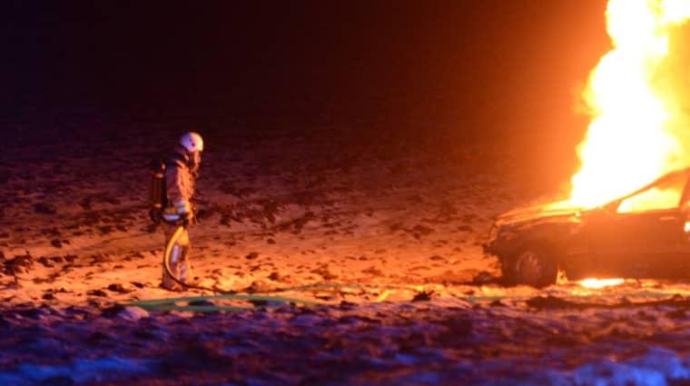 Bilen började brinna efter att ha voltat av vägen. Foto: David Hårseth/Dagsmedia