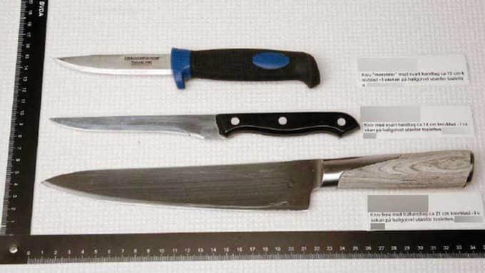 På golvet utanför badrummet anträffades en svart väska. Där fanns tre olika knivar. Foto: Polisen