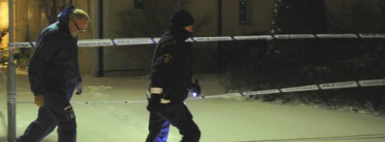 Polisen i området där en person dödats och tre skadats under ett lägenhetsbråk. Foto: Roger Lundsten