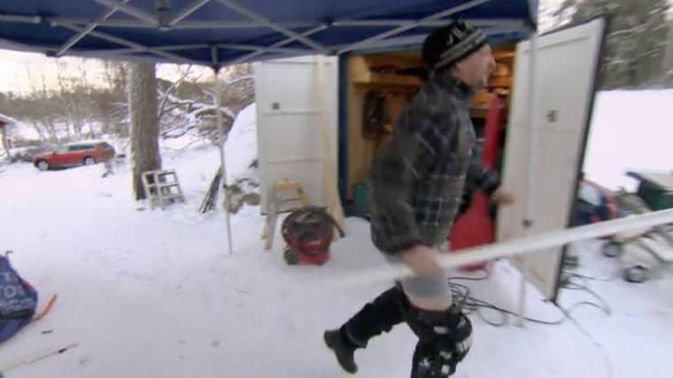 Tommy Nilsson drar ned byxorna och springer Foto: Kanal 5