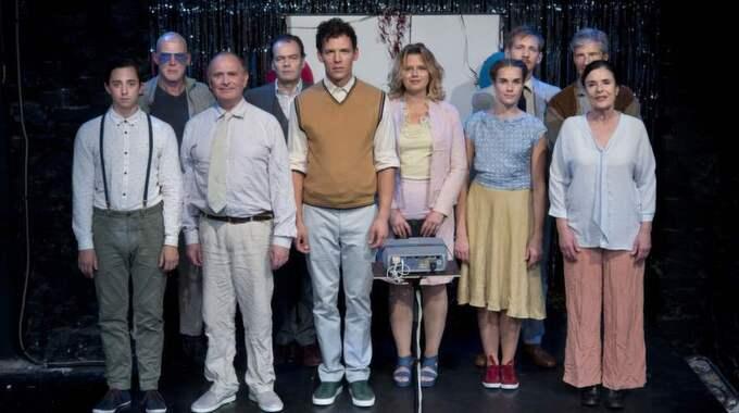"""VÅR KLASS. Debatten om det egna och det traderade minnet pågår inom det polska kulturlivet och leds av en ung vänster. Ur debatten föddes även den hyllade pjäsen """"Vår klass"""" som just nu spelas igen på Teater Galeasen i Stockholm. Foto: Fotograf Dan Hansson"""