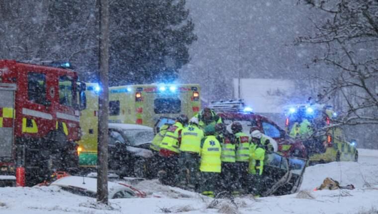 Frontalkrock. Det var rejält vinterväder på platsen när två personbilar frontalkrockade på länsväg 583 norr om Gävle på onsdagen. Men olyckan ska inte ha orsakats av vinterväglaget. En person var fastklämd och fick klippas loss.
