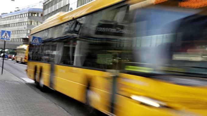 En man misstänks för att tafsa på kvinnor på bussen. Foto: Emilia Olofsson