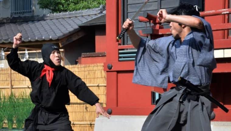 En japansk pantomingrupp visar upp sina konster.