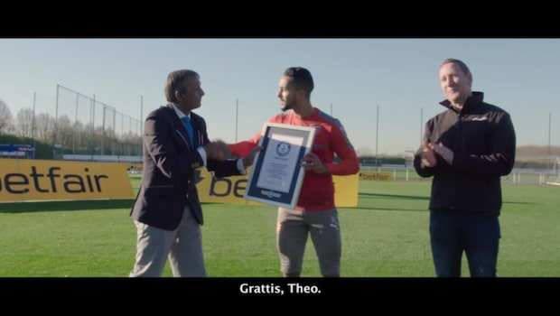 Här slår Theo Walcott galet världsrekord