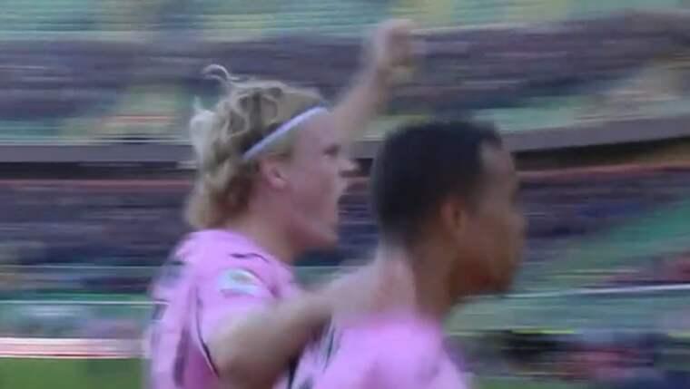 Oscar Hiljemark och Robin Quaison firar 1-0-målet Foto: Viasat