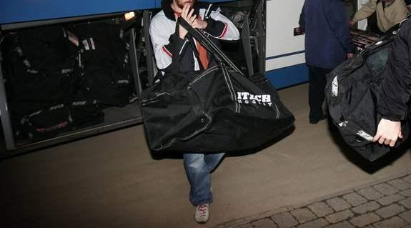Småväxta personer läggs i hockeytrumkar som placeras i bagageutrymmet. under färden länsar sedan tjuvarna övriga passagerares bagage. Foto: Johan Carlen